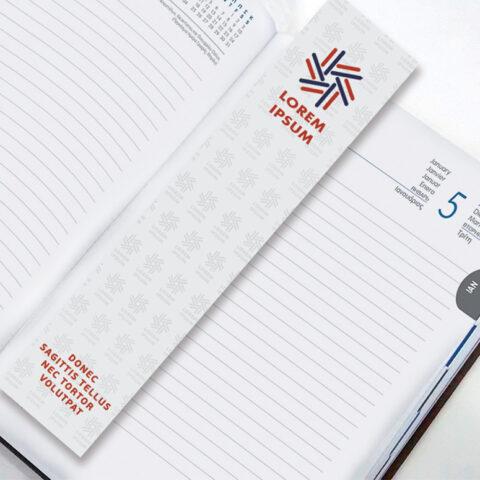 Εταιρικός σελιδοδείκτης, σε σχήμα επιλογής, με τετράχρωμη offset εκτύπωση σε χαρτόνι και πλαστικοποίηση, είτε προσαρμοσμένος στο κορδελάκι είτε ελεύθερος.