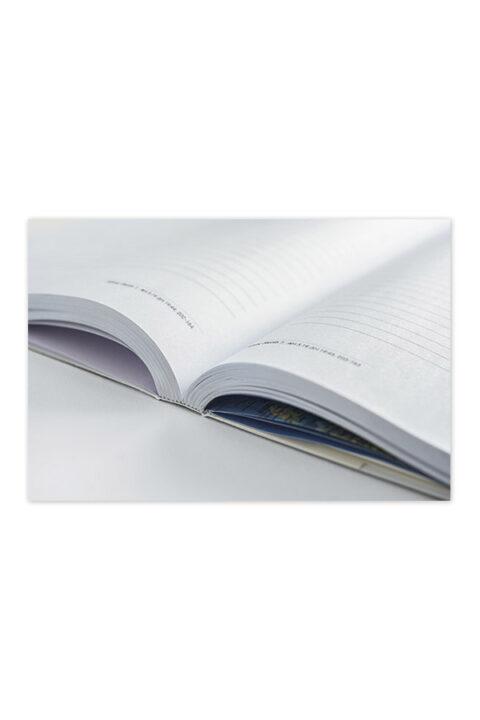 Ημερολόγιο με έγχρωμο εξώφυλλο και ειδικό σχεδιασμό. Εύκαμπτη βιβλιοδεσία, κάλυμμα με χαρτόνι και στρογγυλεμένες γωνίες. Δυνατότητα πλήρους περιστροφής 360 μοιρών.
