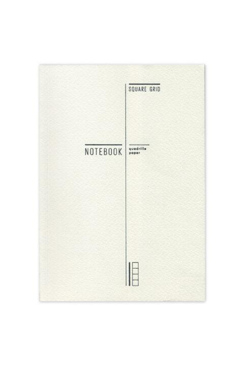 Σημειωματάριο 14Χ21 οικολογικό με γραμμικό σχεδιασμό και εύκαμπτη βιβλιοδεσία με ανάγλυφο χαρτόνι. Σελίδες καρέ με κάθετη διάτρηση για εύκολη αποκοπή.